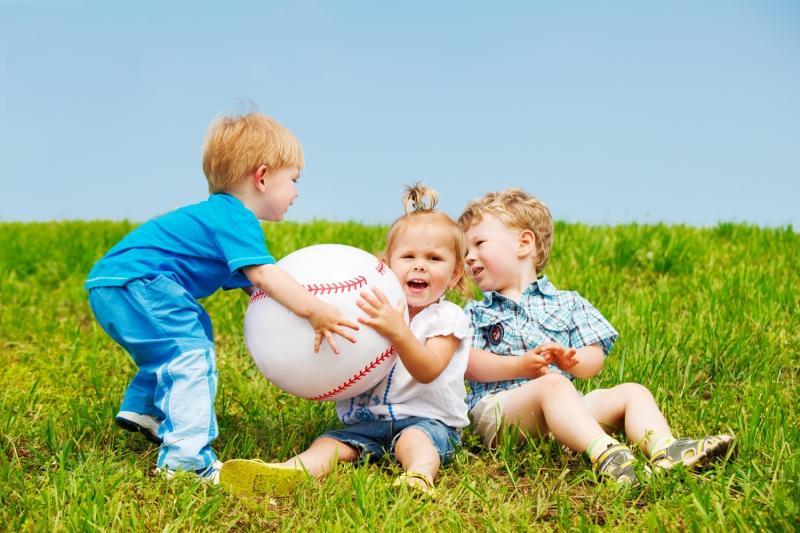 Поэтому ребенок не желает делиться атрибутом лидерства